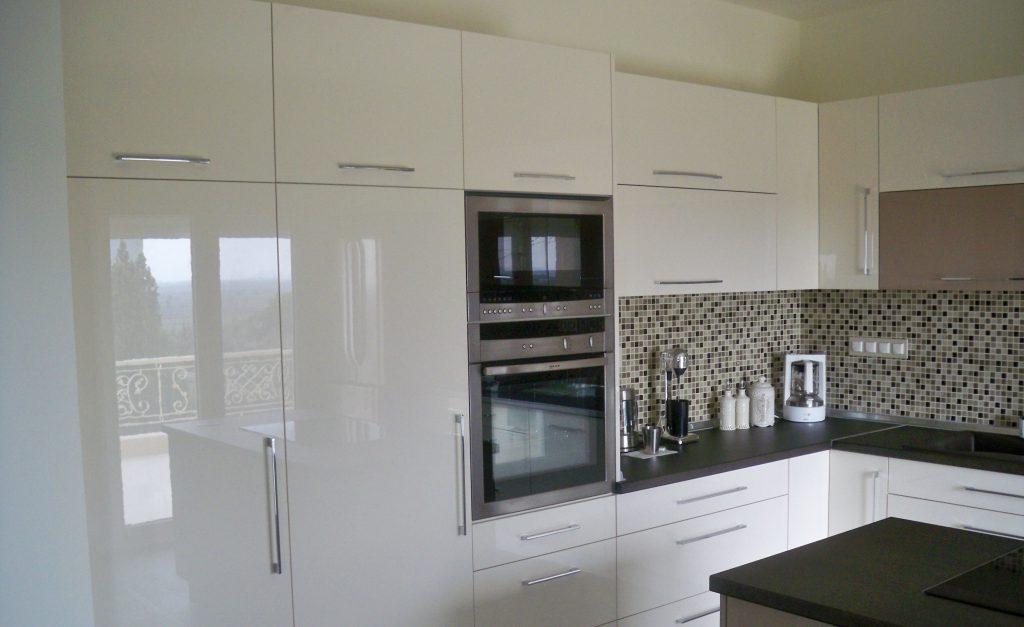 Κουζίνα με ακρυλλικό βακελίτη σε λευκό-μόκα