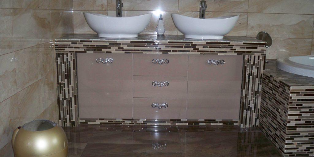 Έπιπλο μπάνιου απο ακρυλλικό σε χρώμα μόκα και περίτεχνες λαβές