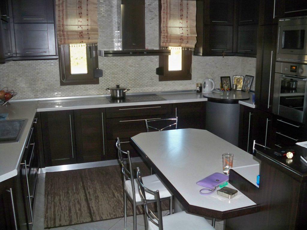 Κουζίνα από ξύλο οξιάς με ταμπλαδωτό σχέδιο και ισόβενα νερά