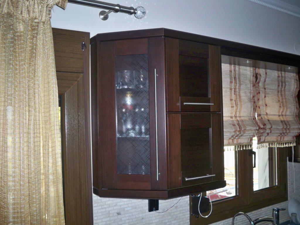 Λοξό τελείωμα ντουλαπιού με φιμέ τζάμι βιτρίνας