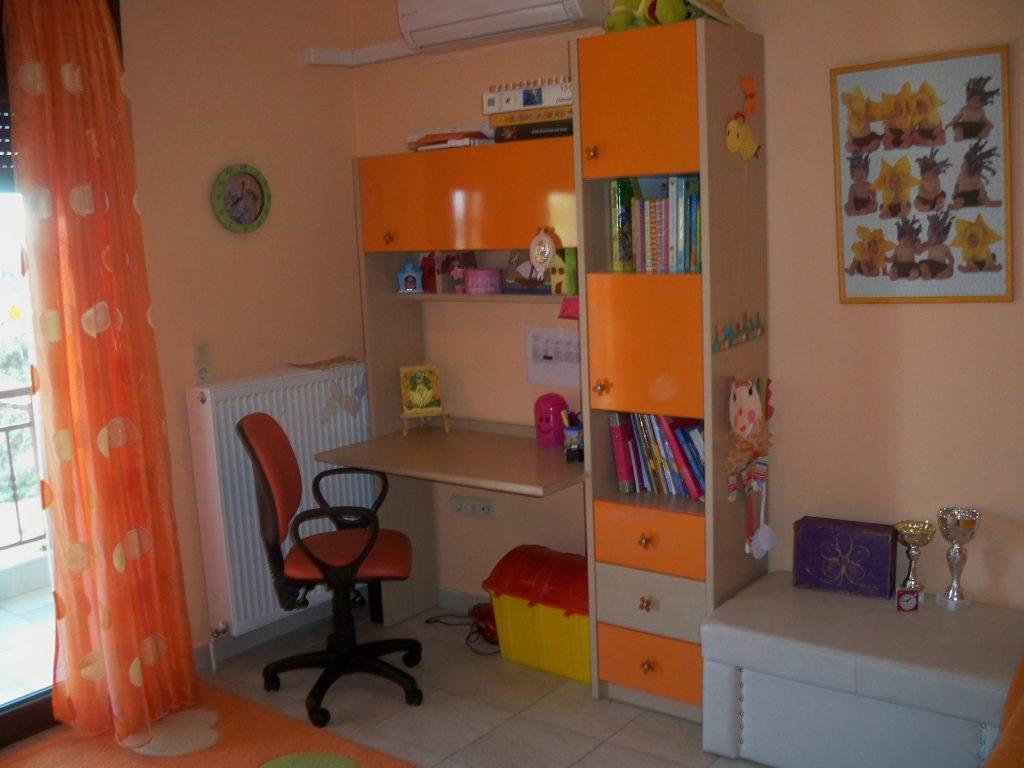 Παιδικό γραφείο και μονόστηλη βιβλιοθήκη από μελαμίνη και πορτοκαλί ακρυλλικό βακελίτη