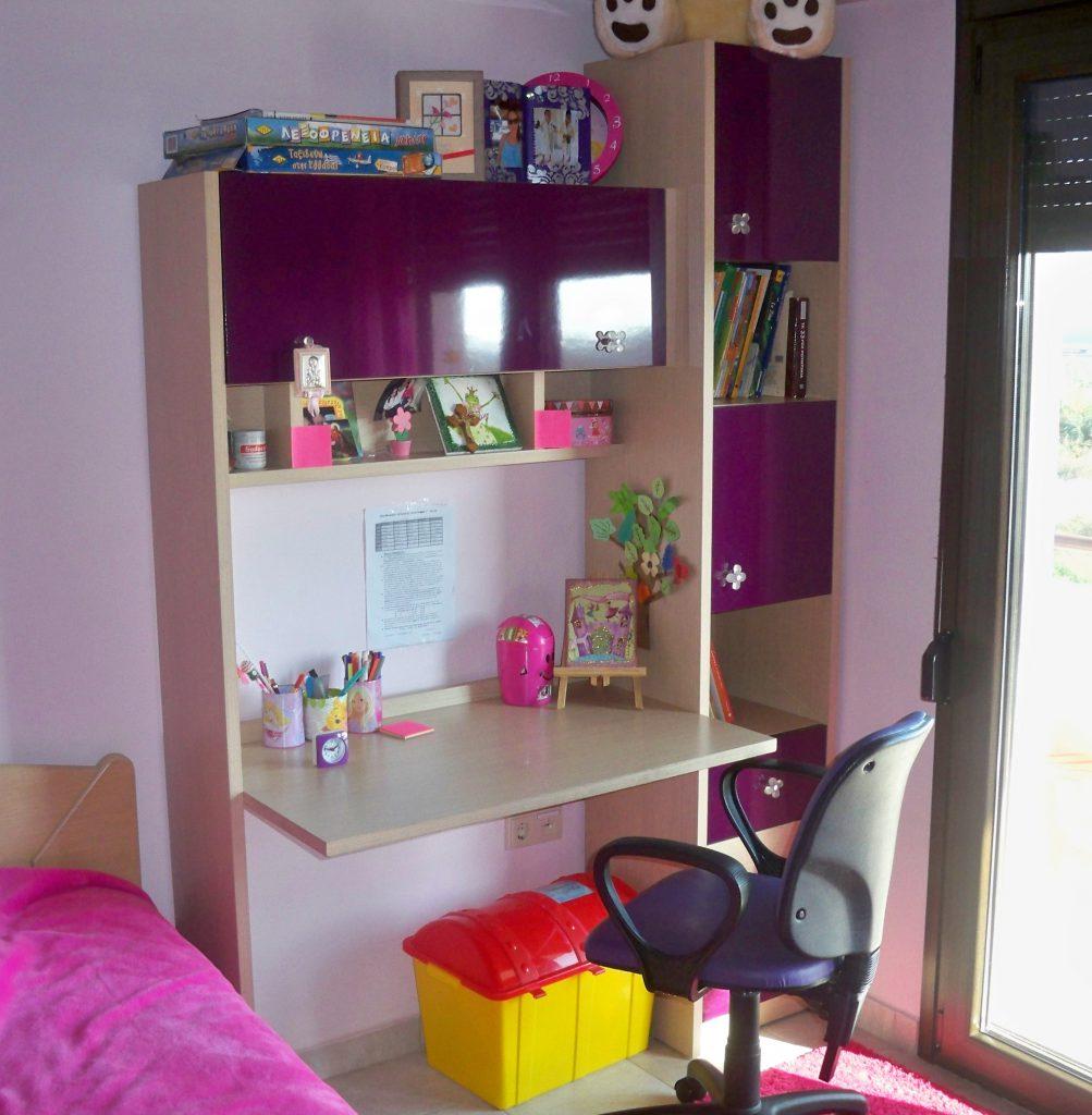 Παιδικό γραφείο και μονόστηλη βιβλιοθήκη από μελαμίνη και μωβ ακρυλλικό βακελίτη