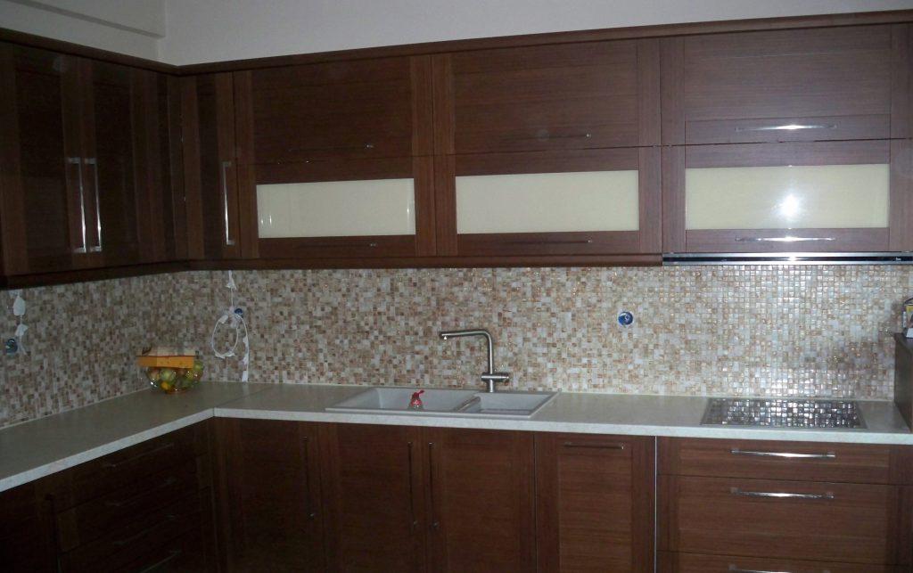 Κουζίνα από τεχνητό δρυ και ντουλάπια από γυαλί βαφής