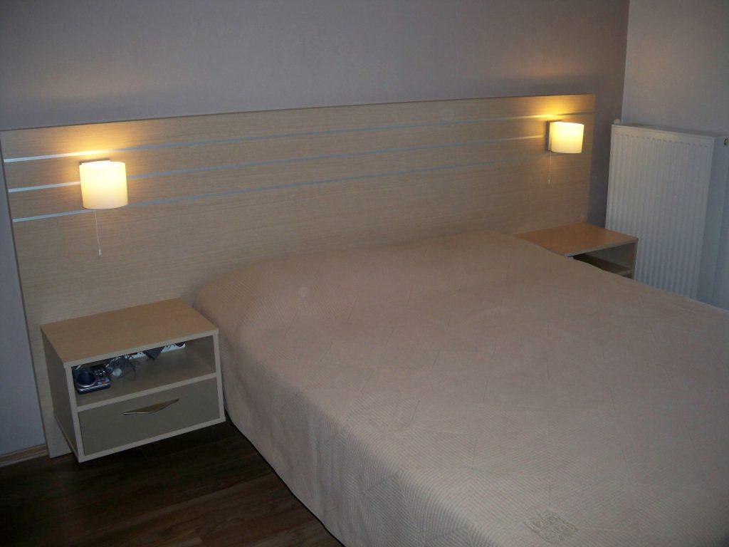 Διπλό κρεβάτι από μελαμίνη με προσκέφαλο και ενσωματωμένα κομοδίνα
